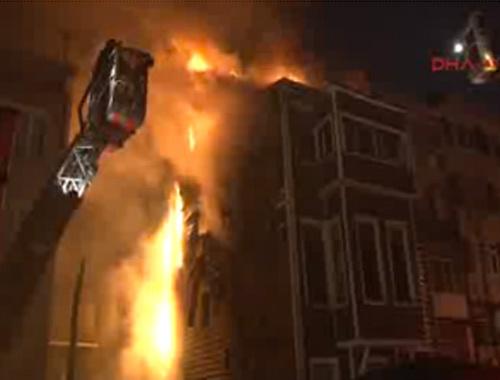 Beşiktaş'ta üç katlı ahşap bina alev alev yandı