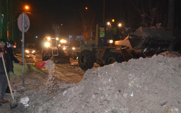 Yüksekova'da polisin karla mücadelesi