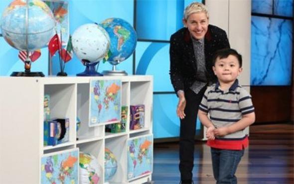 Ülkeleri şekilleri ve bayraklarından tanıyan çocuk