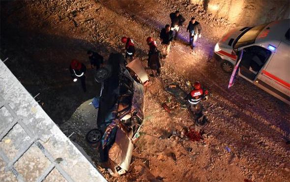 Otomobil alt geçit inşaatına uçtu: Ölü ve yaralılar var!