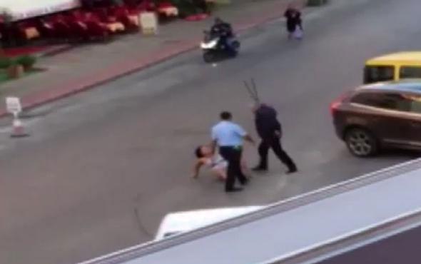 Yerde yatan kadına dayak: 2 polis açığa alındı
