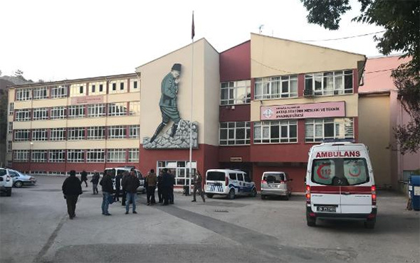 Lisede civa paniği: Çok sayıda öğrenci hastaneye kaldırıldı!
