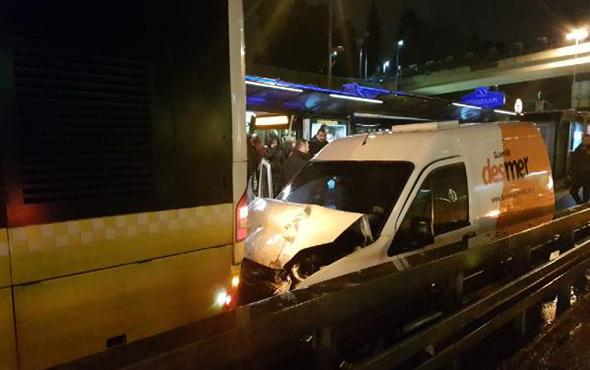 Metrobüs yolunda kaza: Seferler yapılamadı!