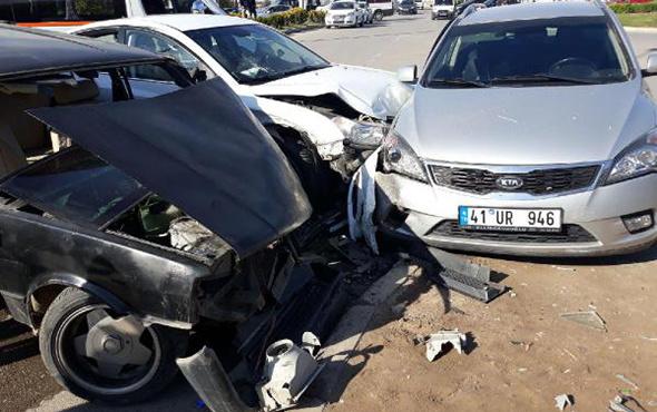 3 otomobil kavşakta çarpıştı: Yaralılar var!