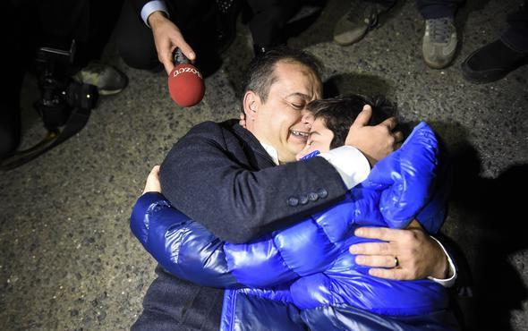 Sözcü gazetesi muhabiri tahliye edildi! Oğlu kapıda böyle karşıladı
