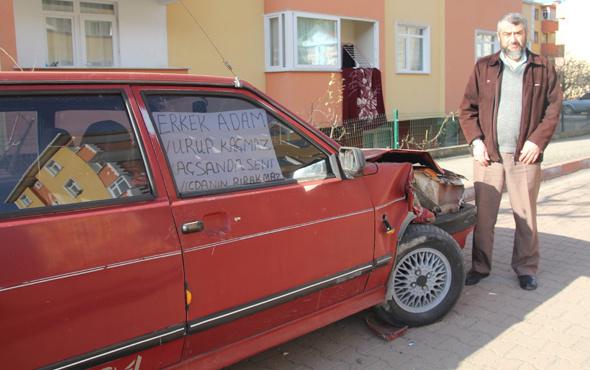 Otomobiline çarpan kişiyi cama astığı yazıyla arıyor