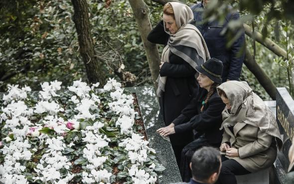 Berna Yılmaz oğlunun mezarı başında dua etti gözyaşı döktü