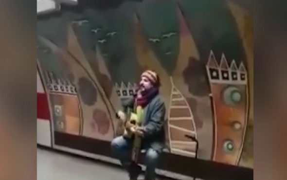 Çelik sokak müzisyeni oldu! Yarım saatte 337 TL kazandı