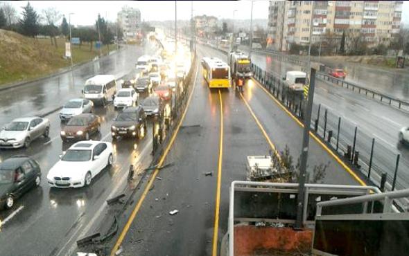Servis aracı metrobüse çarptı! Çok sayıda yaralı var
