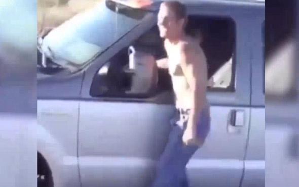 Giden aracın camından çıkıp şov yaptı