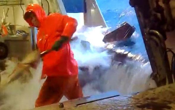 Gemiyi denize daldırıp balık tutan adam