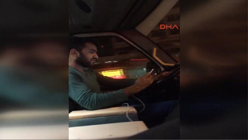 Adana'da minibüs şoförü direksiyonda dizi izledi