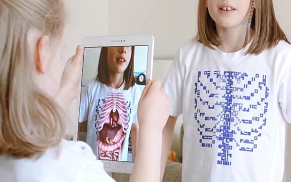 İç organları telefon kamerası ile görmemizi sağlayan tişört