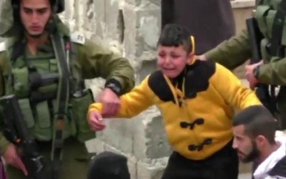 İsrail askeri Filistinli çocuğu yalın ayak sürükledi