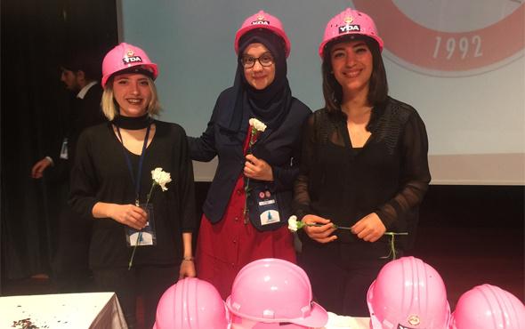 İnşaat mühendisi kadınlara pembe baret