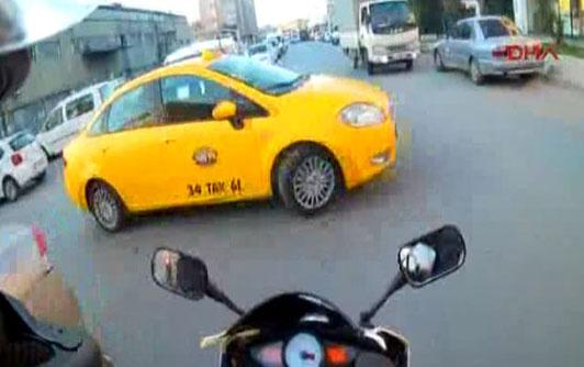 Aniden önüne çıkan taksiye böyle çarptı!