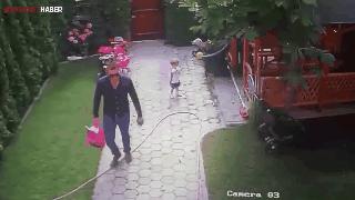 Baba kızını köpek saldırısından böyle korudu