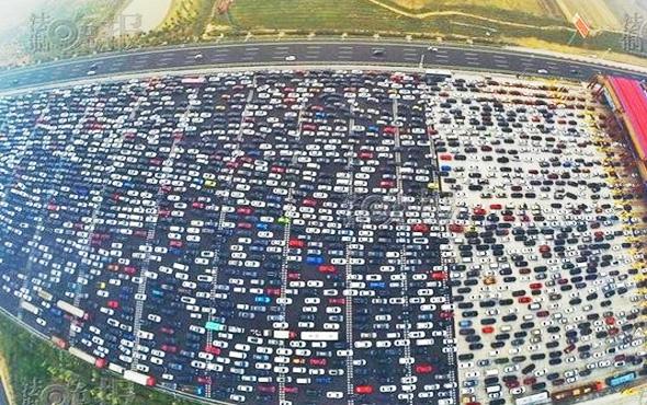 İstanbul trafiğide neymiş! 50 şeritlik yol bile tıkandı