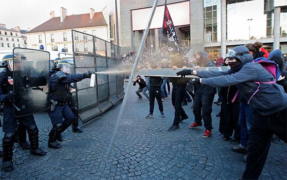 Fransa'nın başkenti Paris'te protestolara polis müdahale etti