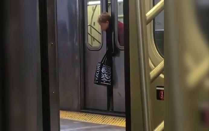 Kafası metro kapısına sıkıştı