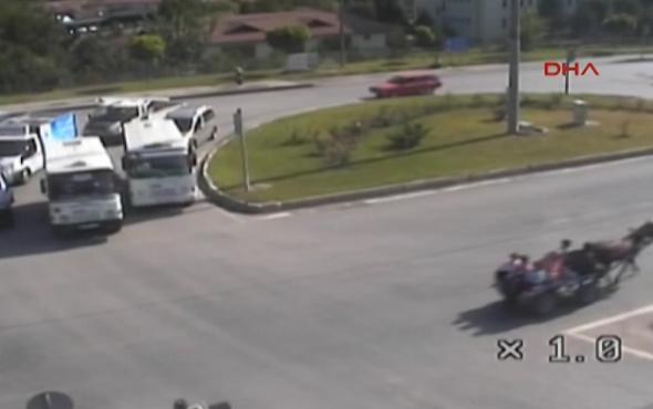 Arabaya çarpmamak için manevra yaptı, at arabasına çarptı