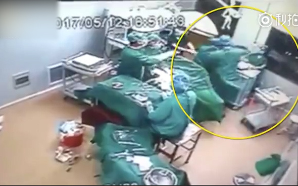 Doktor ameliyat sırasında hemşireyi yumrukladı