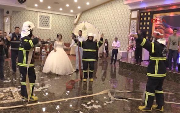 İtfaiyeci çiftin düğününde yangın şakası