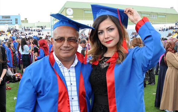 Babasıyla birlikte mezun oldu