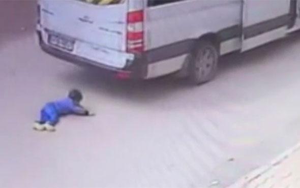 Sivas'ta mucizevi kurtuluş: Minibüsün altından sağ çıktı!