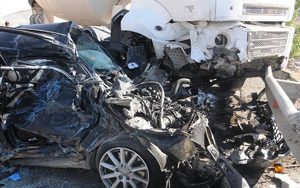 Minibüs, beton mikseri ve otomobilin karıştığı katliam gibi kaza!