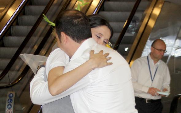 Havalimanında pankartlı evlilik teklifi