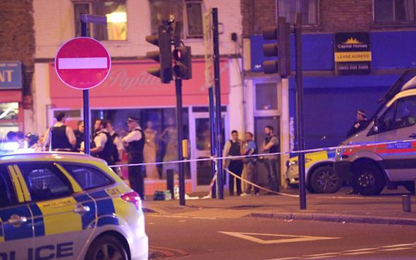 Londra'da son dakika araç namaz kılanların arasına daldı! İlk görüntüler