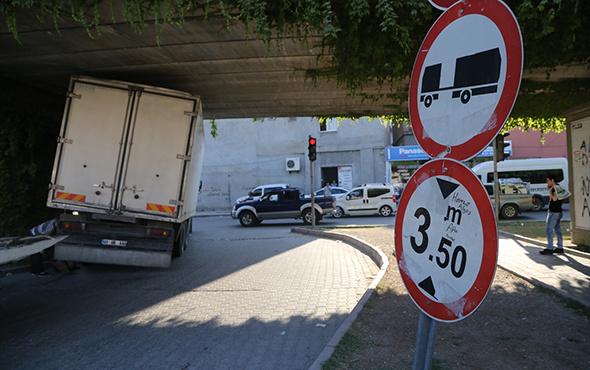 Adana'da kamyon, metro köprüsüne sıkıştı