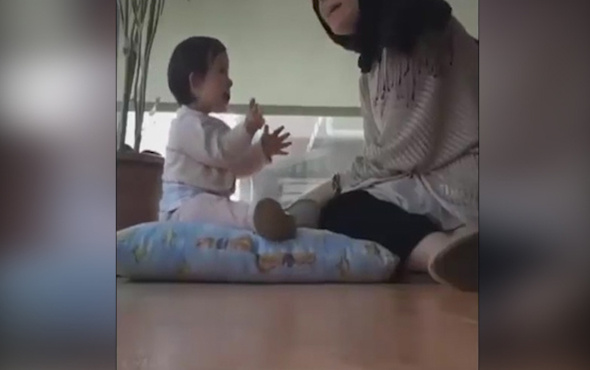 Çocuğuna oyun öğreten annenin bir kahramana dönüştüğü muazzam anlar