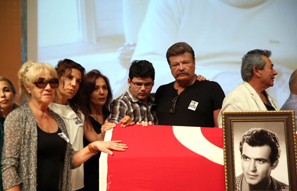 Fikret Hakan'ın cenazesinde rezalet son eşi ve kızı şok oldu!