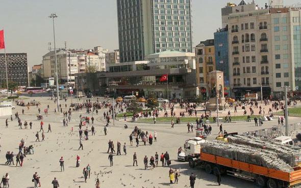 15 Temmuz için Taksim'e getirildi her gören fotoğraf çekiyor