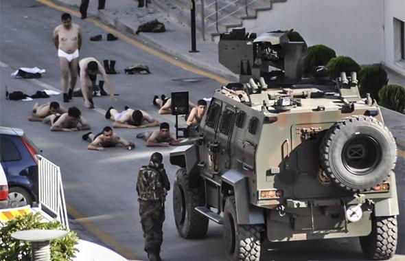 15 Temmuz görüntüleri! Askerlerin çıplak teslimi unutulmaz!
