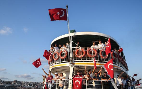 Vatandaşlar vapurla Yenikapı'dan Beylerbeyi'ne hareket ettti