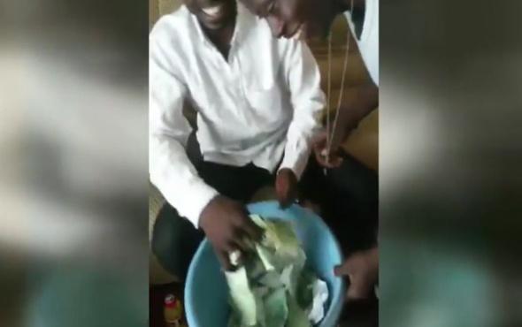 Parçaladığı peçeteleri paraya dönüştüren sihirbaz