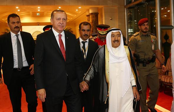Kuveyt Emiri Erdoğan'ın elini bırakmadı karşılamaya bakın