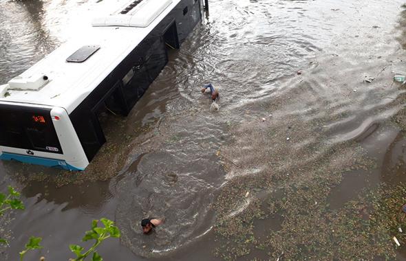 Dolu fırtınasını tutulunca otobüsten inip yüzdüler