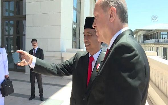 Cumhurbaşkanı Erdoğan ve Widodo külliyenin balkonunda özçekim yaptı