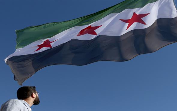 Suriye'nin Türkiye sınırına o bayrak asıldı