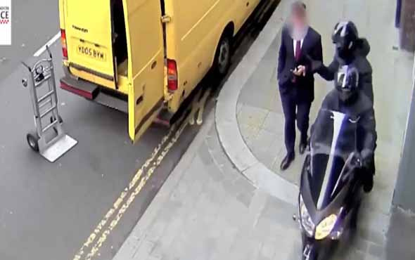 Motosikletli çeteler cep telefonlarına dadandı!