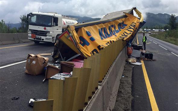 Bolu Dağında kamyon devrildi