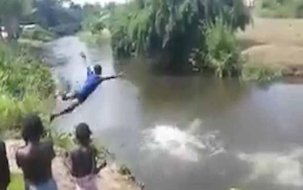 Afrikalı çocukların balıklama atlayış şovu
