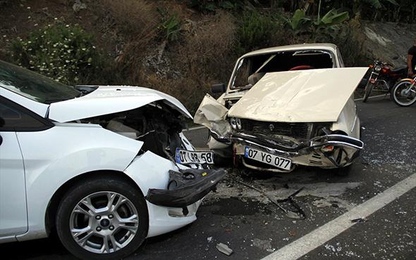 Otomobiller kafa kafaya çarpıştı: Çok sayıda yaralı var!