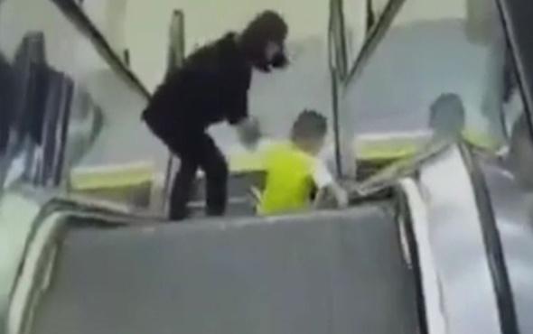 Yürüyen merdivende dehşet anları! Neredeyse kolunu kaybediyordu