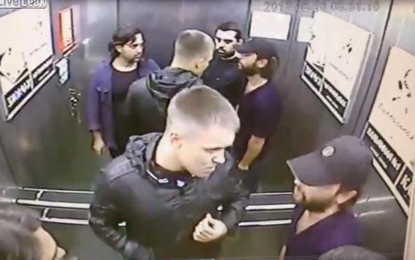Asansörde boksöre çattılar! Üçünü de böyle yere serdi!