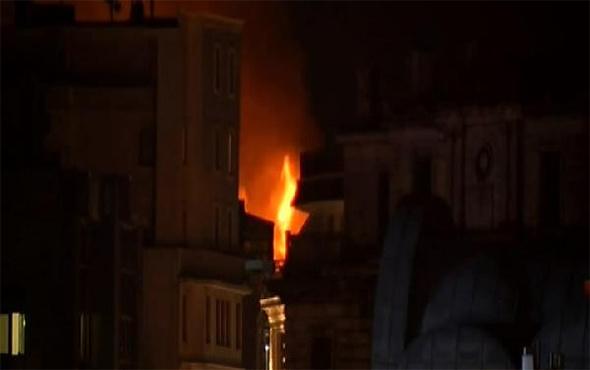 Taksim'de korkutan yangın: Anadolu'dan da görüldü!